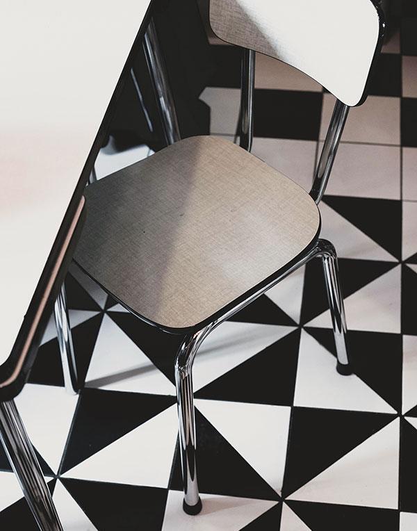 Chaise formica sur carrelage noir et blanc